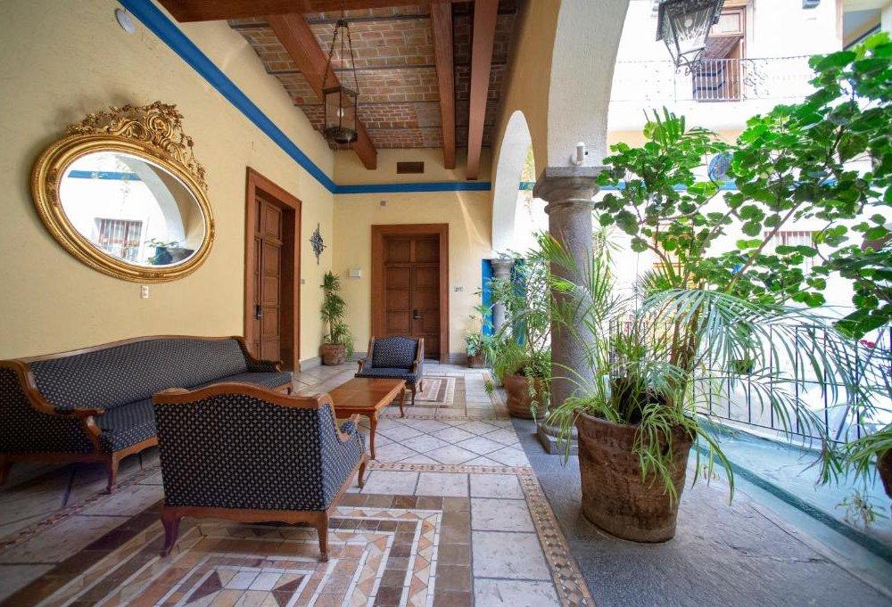 Colonial - Lobby