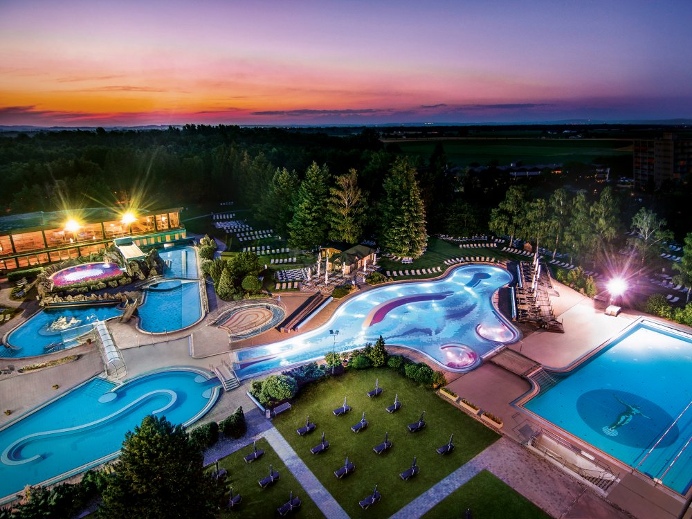 Johannesbad Therme am Abend